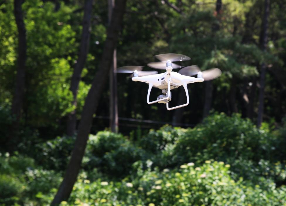 태종대유원지 태종사 주변 사면을 드론(drone)을 활용한 점검을 하는 모습4